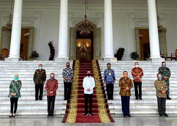 Presiden Joko Widodo berfoto bersama Gubernur Lemhannas RI, Letjen TNI (Pur) Agus Widjojo & Tim Kajian Pertahanan Pangan Nasional di Istana Presiden Bogor,Jawa Barat. (sumber Foto: dok/ tim Lemhamnnas)